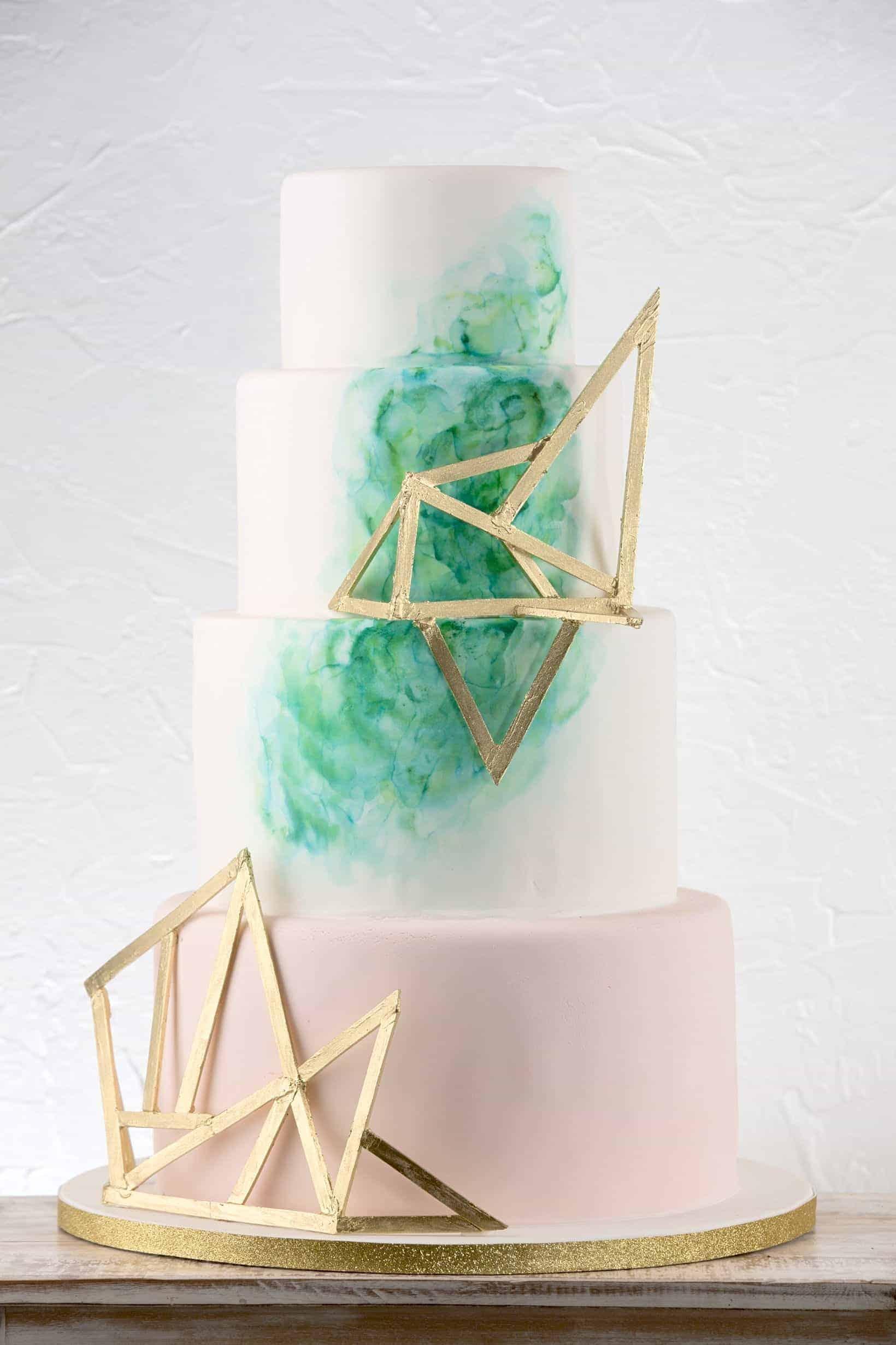 γαμήλια τούρτα με γεωμετρικές λεπτομέρειες