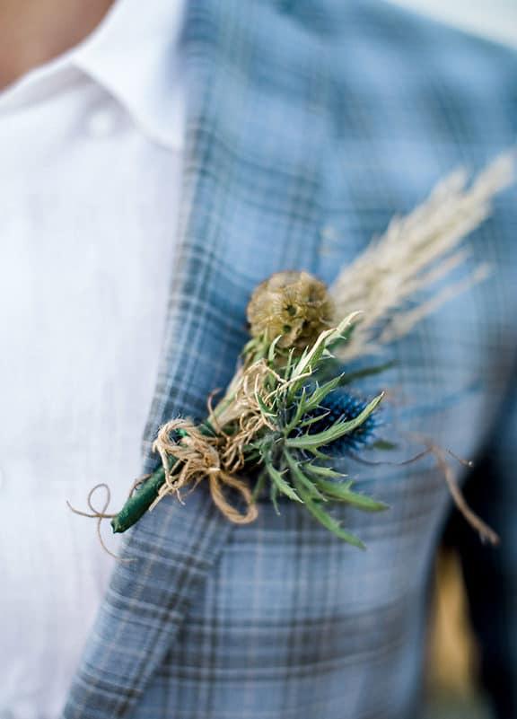 μπουτονιέρα με αγριολούλουδα δεμένη με σχοινί