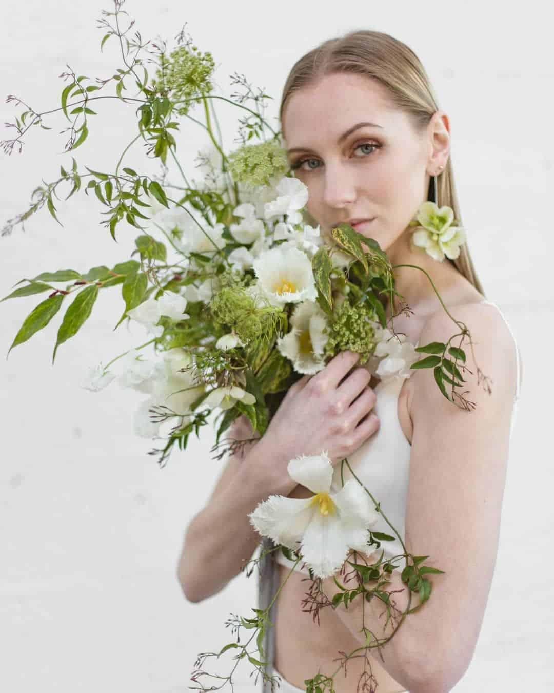 γαμήλια ανθοδέσμη με πρασινάδα και matilija poppies
