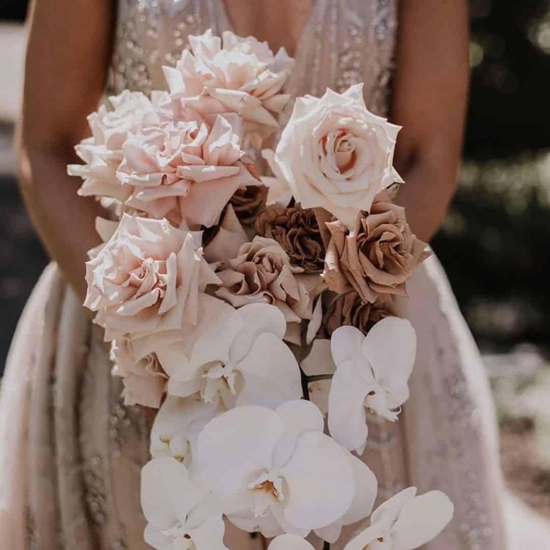 γαμήλια ανθοδέσμη με ροζ τριαντάφυλλα και λευκές ορχιδέες