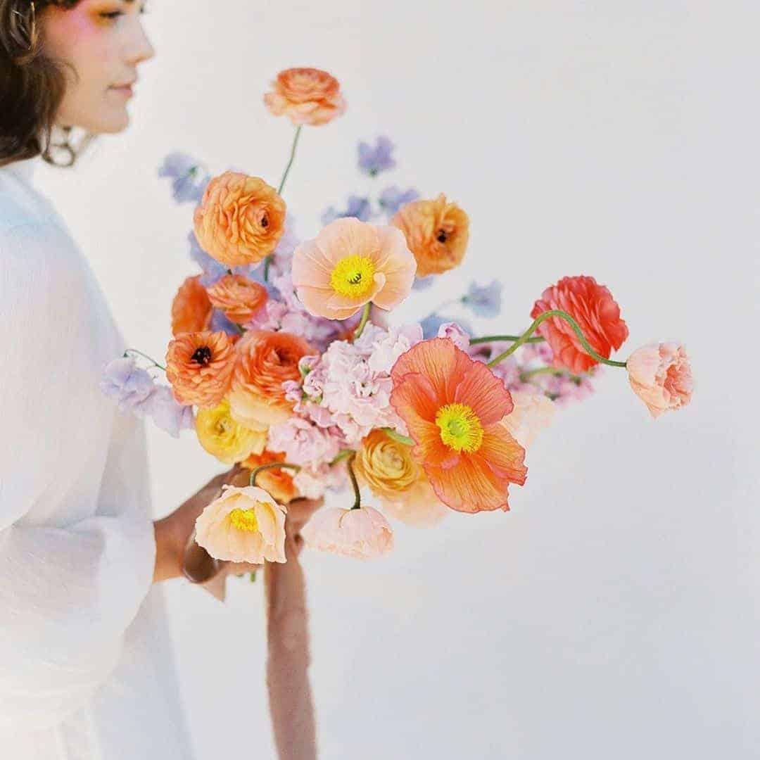 γαμήλια ανθοδέσμη με νεραγκούλες κίρτινες και πορτοκαλιες