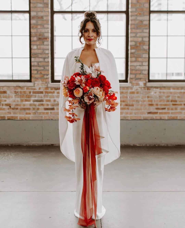 γαμήλια ανθοδέσμη με ορχιδέες, παιώνιες και κατακκόκινα τριαντάφυλλα
