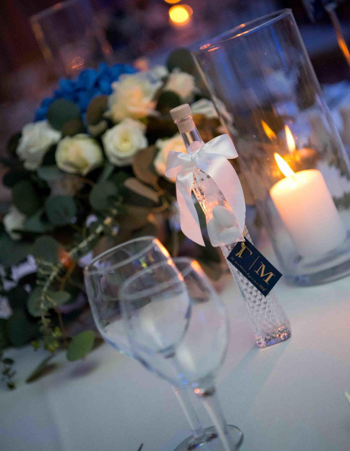 μπομπονιέρα γάμου μποκάλι από λικέρ και άσπρο φιόγκο
