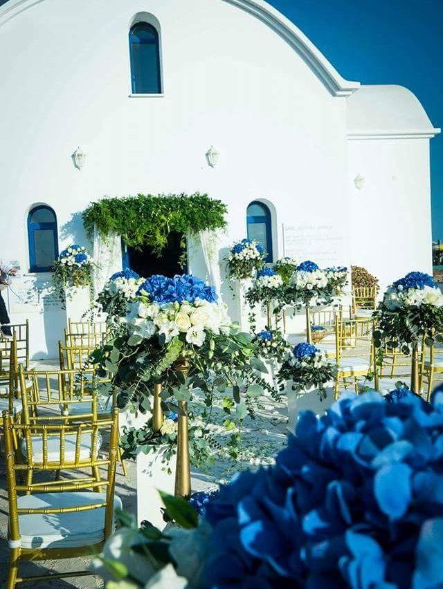 πραγματικός γάμος στη Κύπρο διακόσμηση εκκλησίας με μπλέ ορτάνσιες και χρυσές λεπτομέρειες