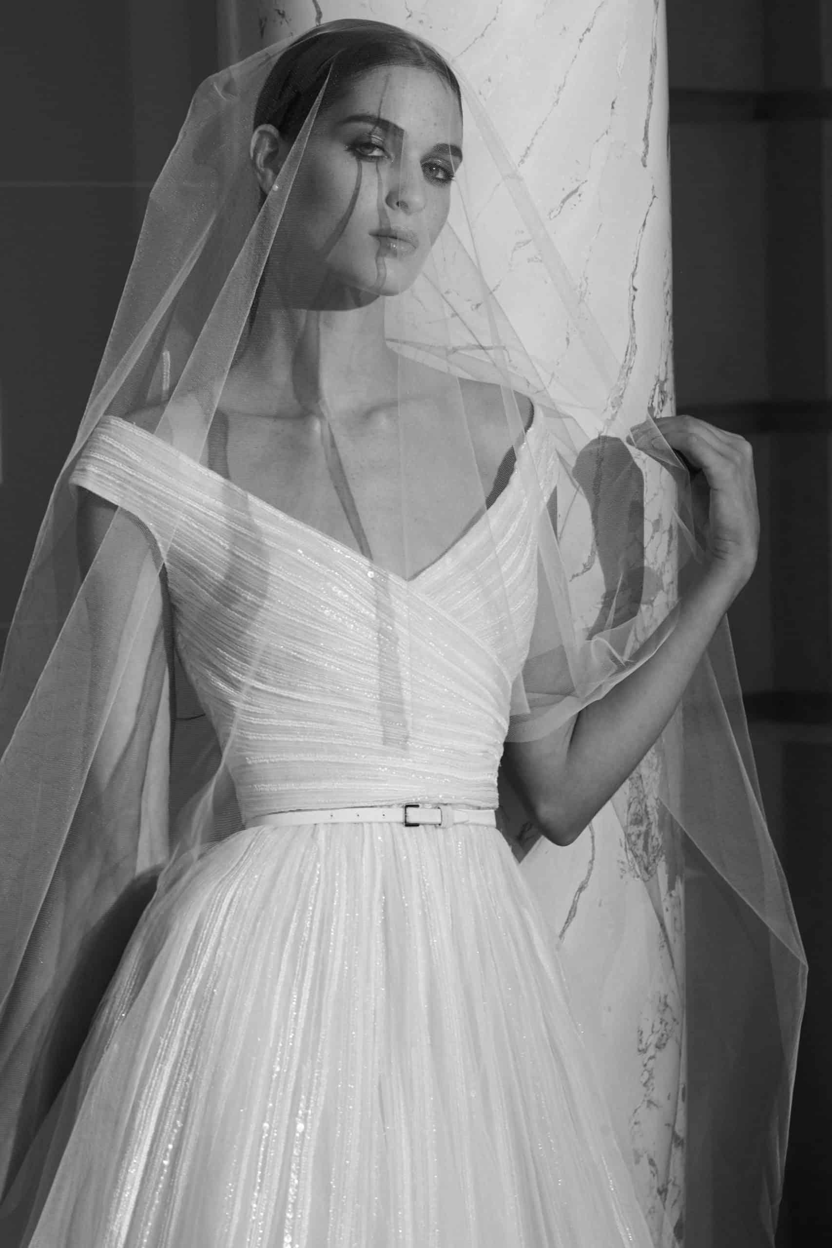 πλισέ νυφικό φόρεμα με ζώνη και βέλος από την Elie Saab
