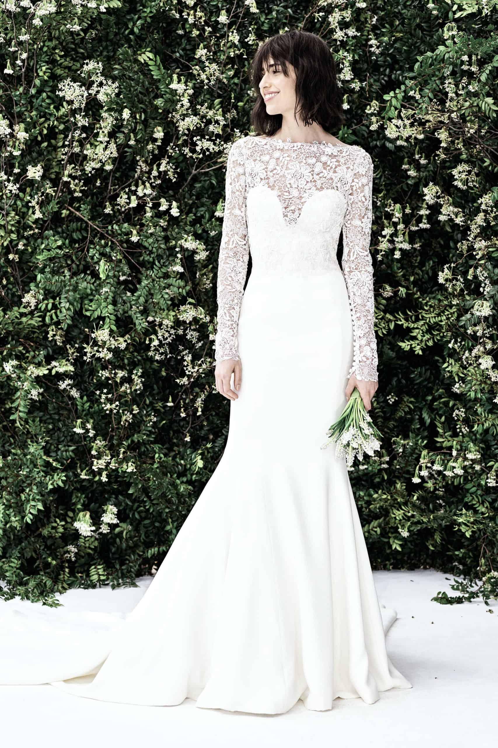 νυφικό φόρεμα με μανίκια από φαντέλα από την Carolina Herrera