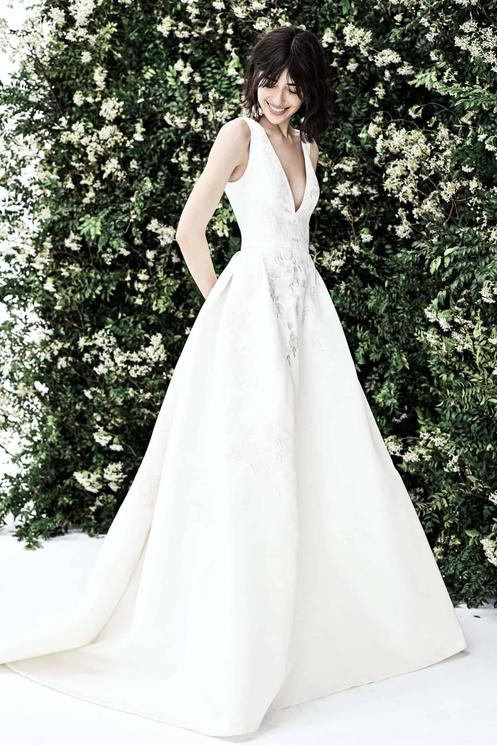 νυφικό φόρεμα σε a-line γραμμή με βαθύ ντεκολτέ από την Carolina Herrera