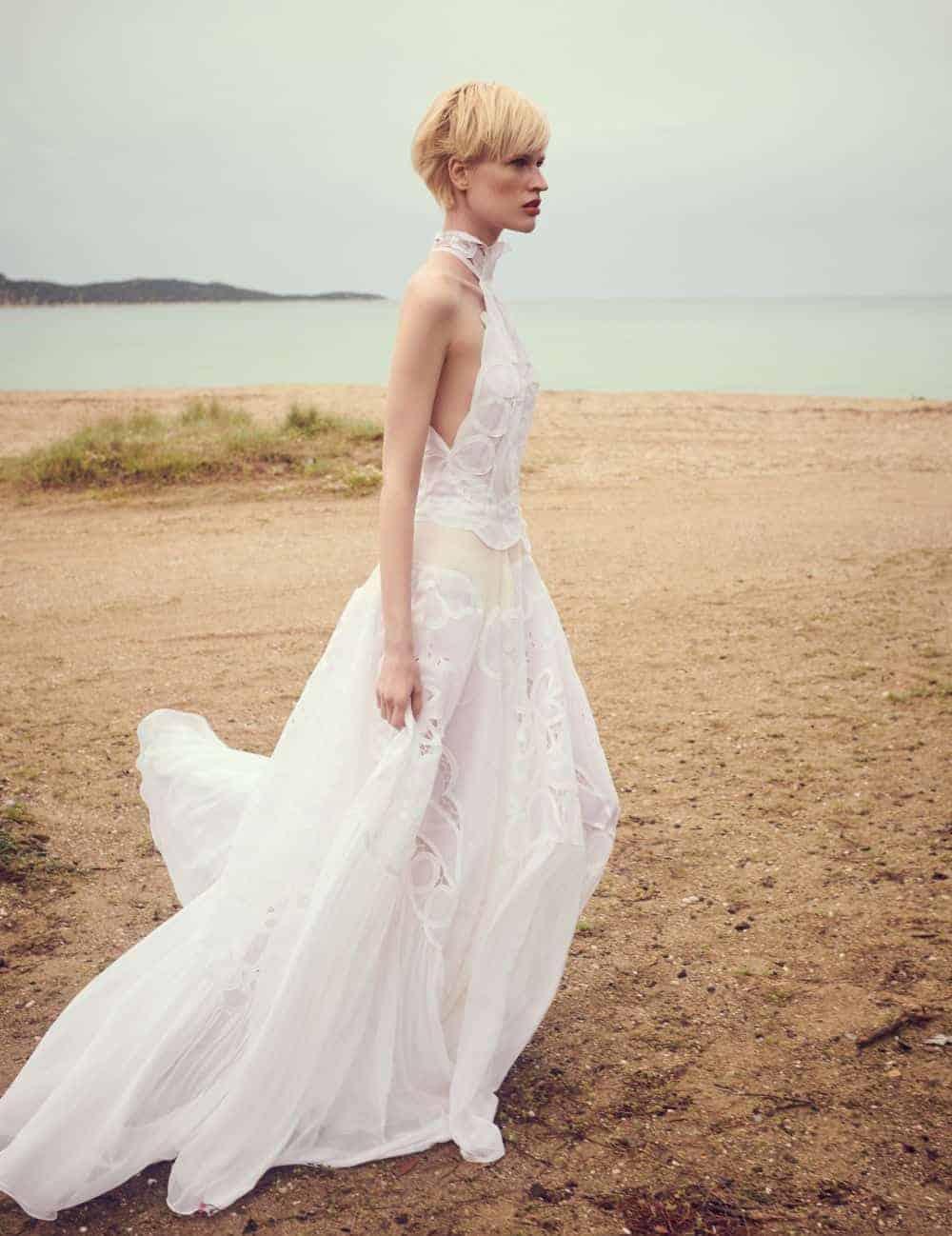 νυφικό φόρεμα με δαντέλα και κολλάρο από Costarello