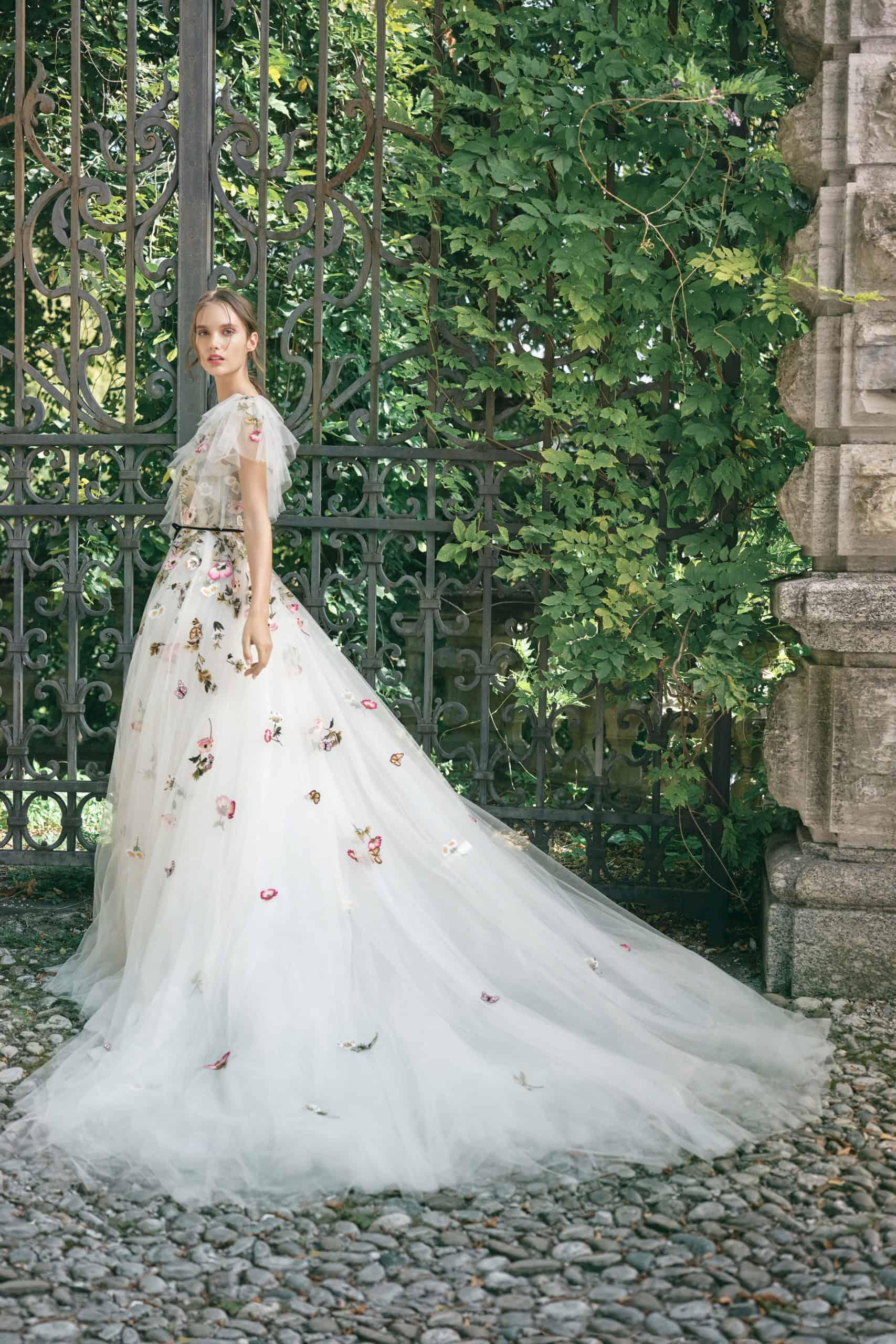 νυφικό φόρεμα από τούλι και τρισδιάστατα λουλούδια από Monique Lhuillier
