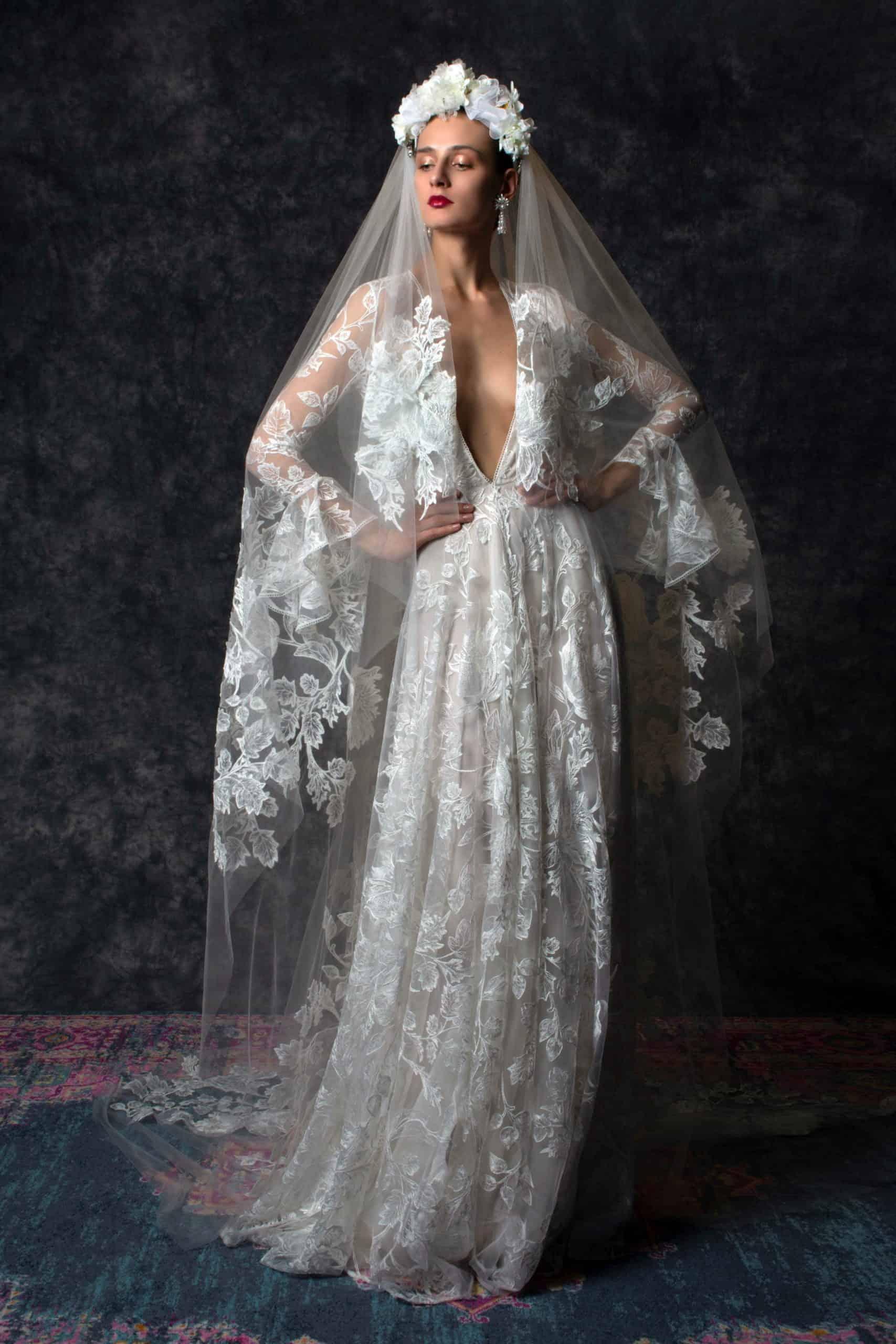 δαντελένιο νυφικό φόρεμα με βέλος και στεφάνι από λουλούδια από