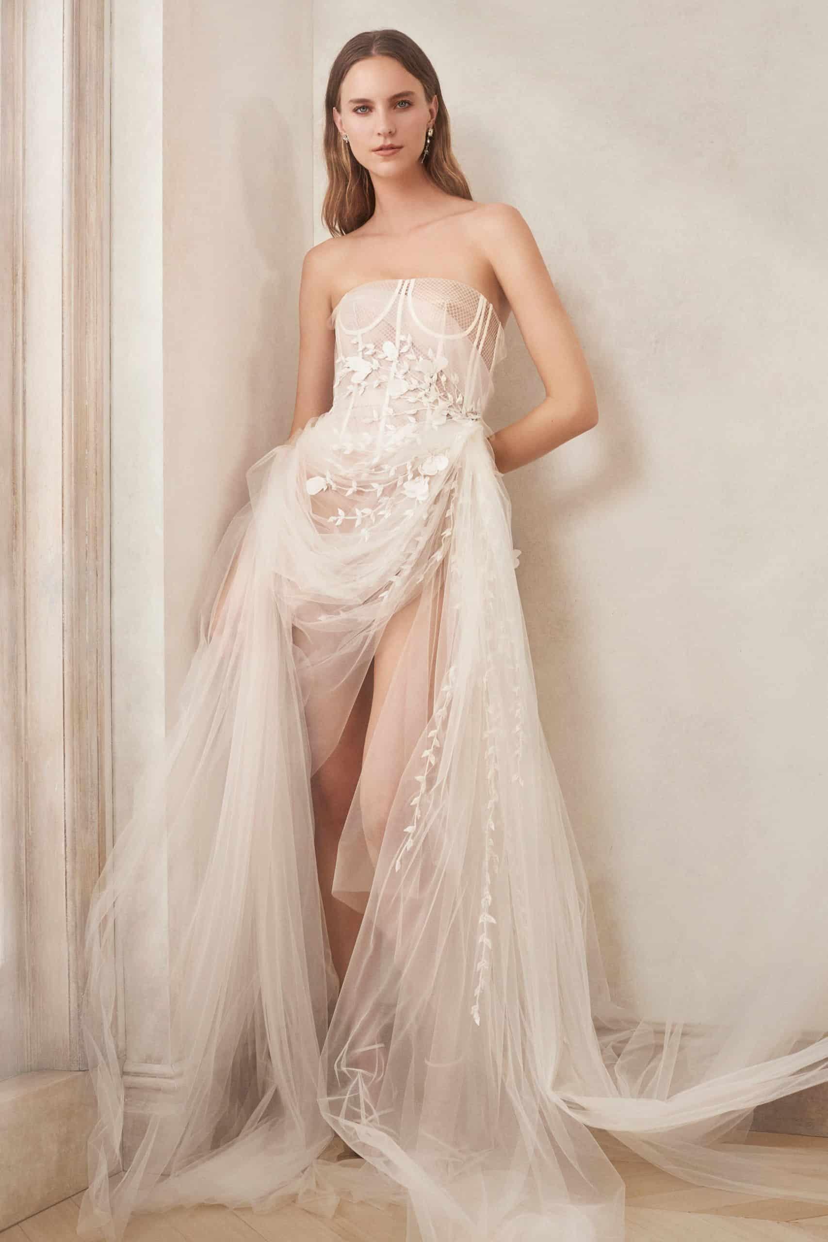 νυφικό φόρεμα από φαντέλα και τούλη με σχίσμα από Oscar de la Renta