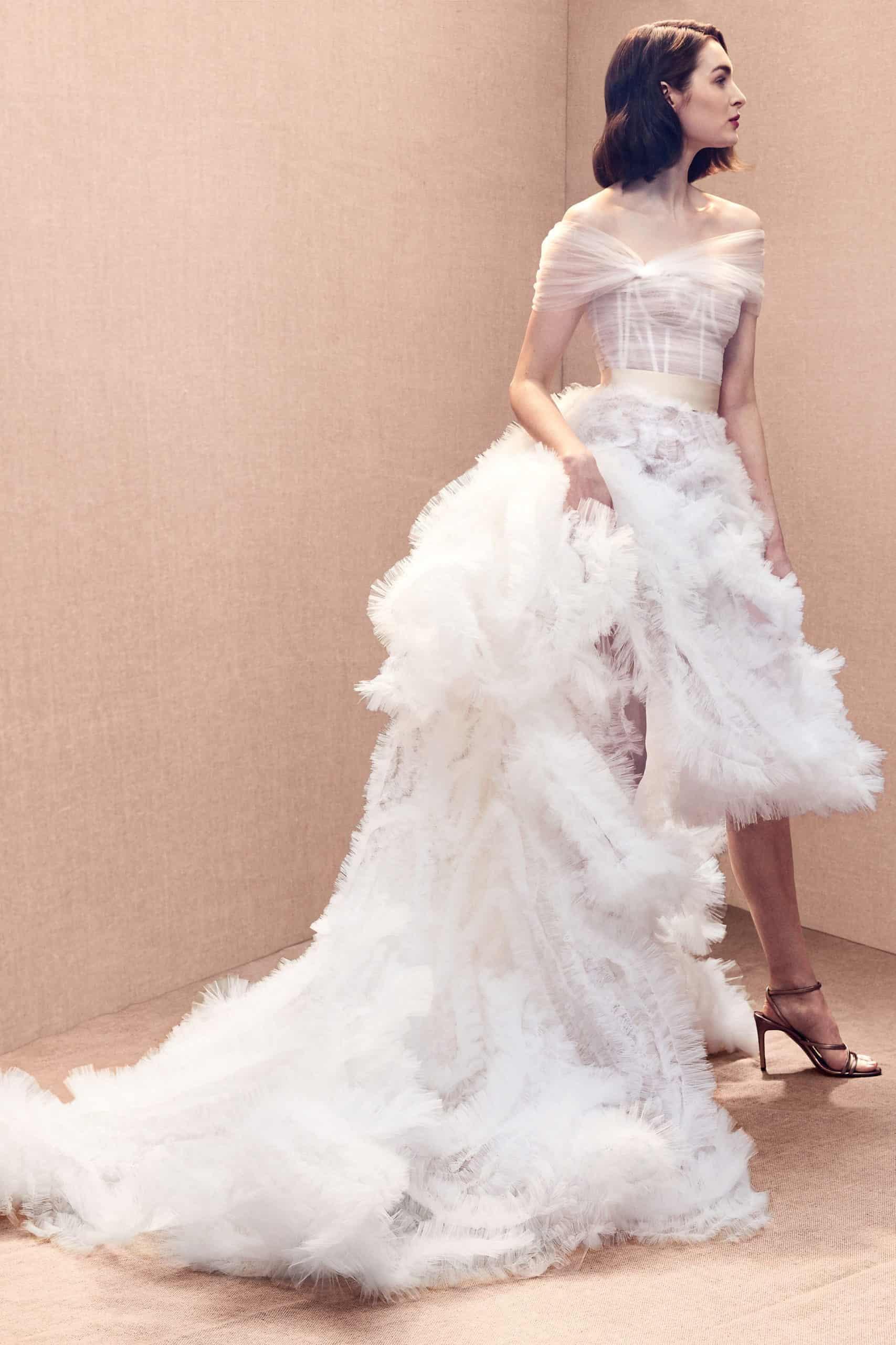 νυφικό φόρεμα με φούστα από φτερά από τον Oscar de la Renta