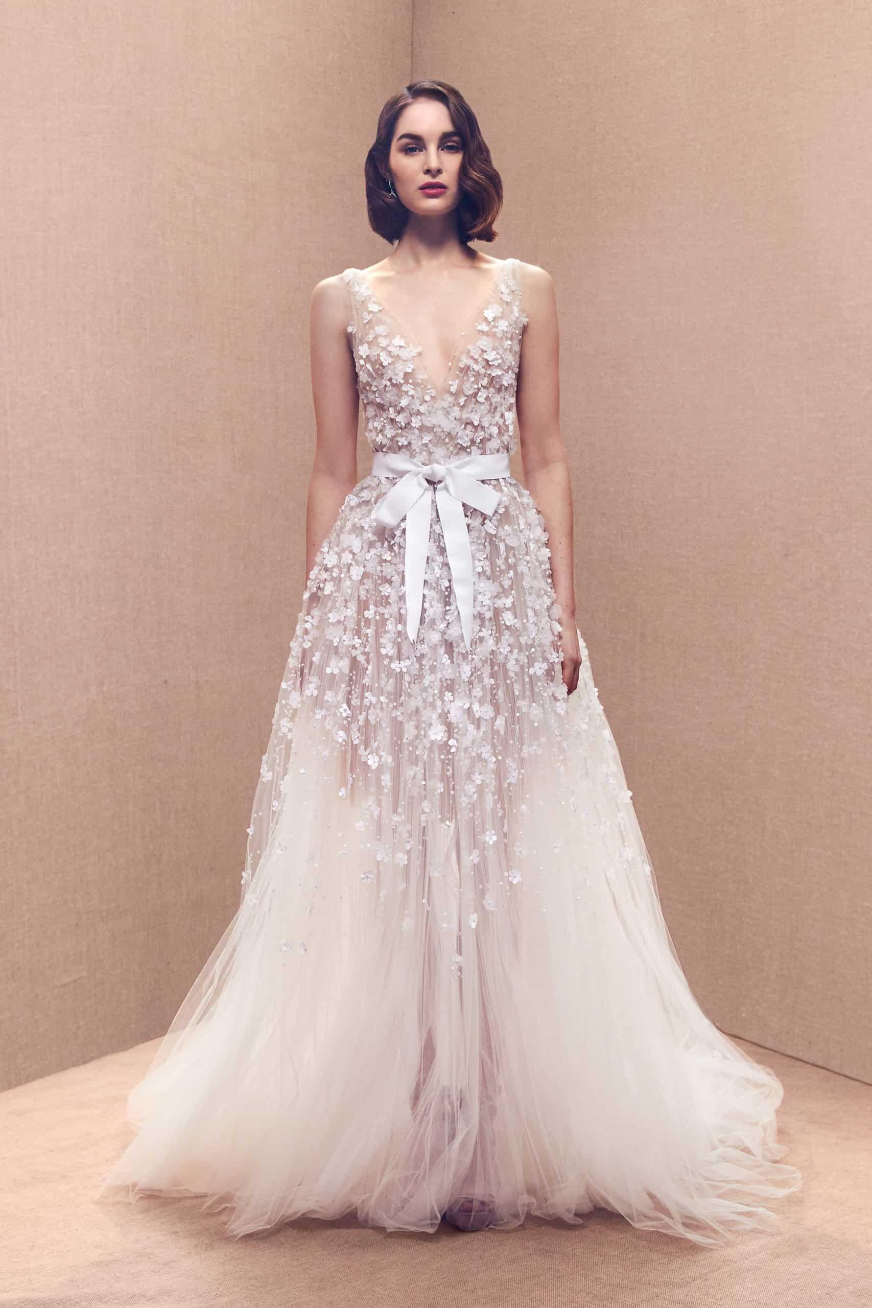 νυφικό φόρεμα από τούλη και τρισδιάστατα λουλούδια με ζώνη στη μέση από σατεν του Oscar de la Renta