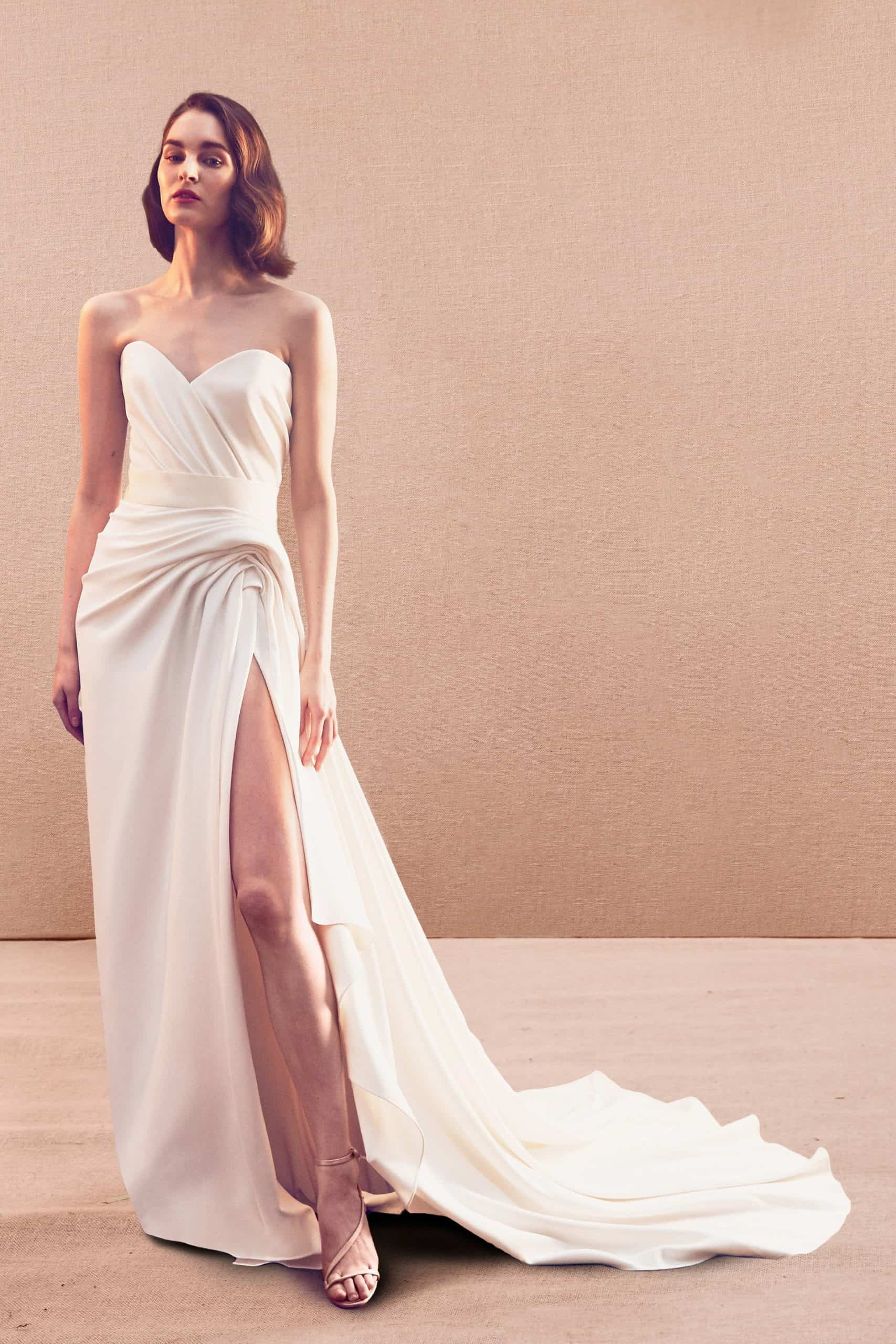 νυφικό φόρεμα με σχίσμα και ουρά από σατέν από τον Oscar de la Renta