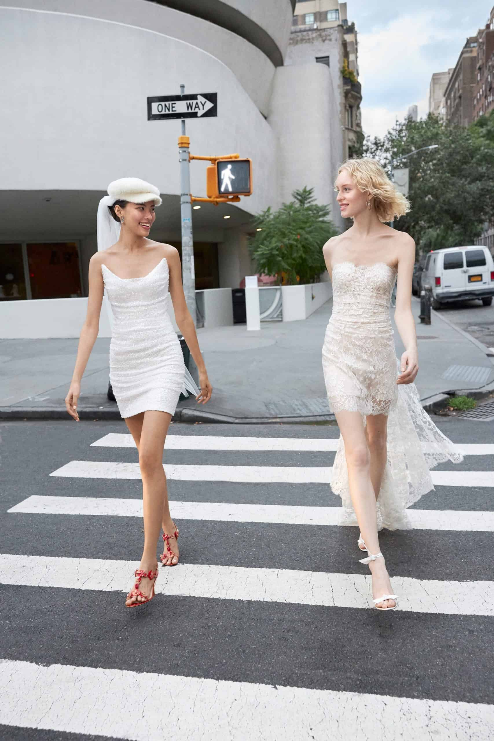 κοντά νυφικά φορέματα με ουρά από δαντέλα από Reem Acra