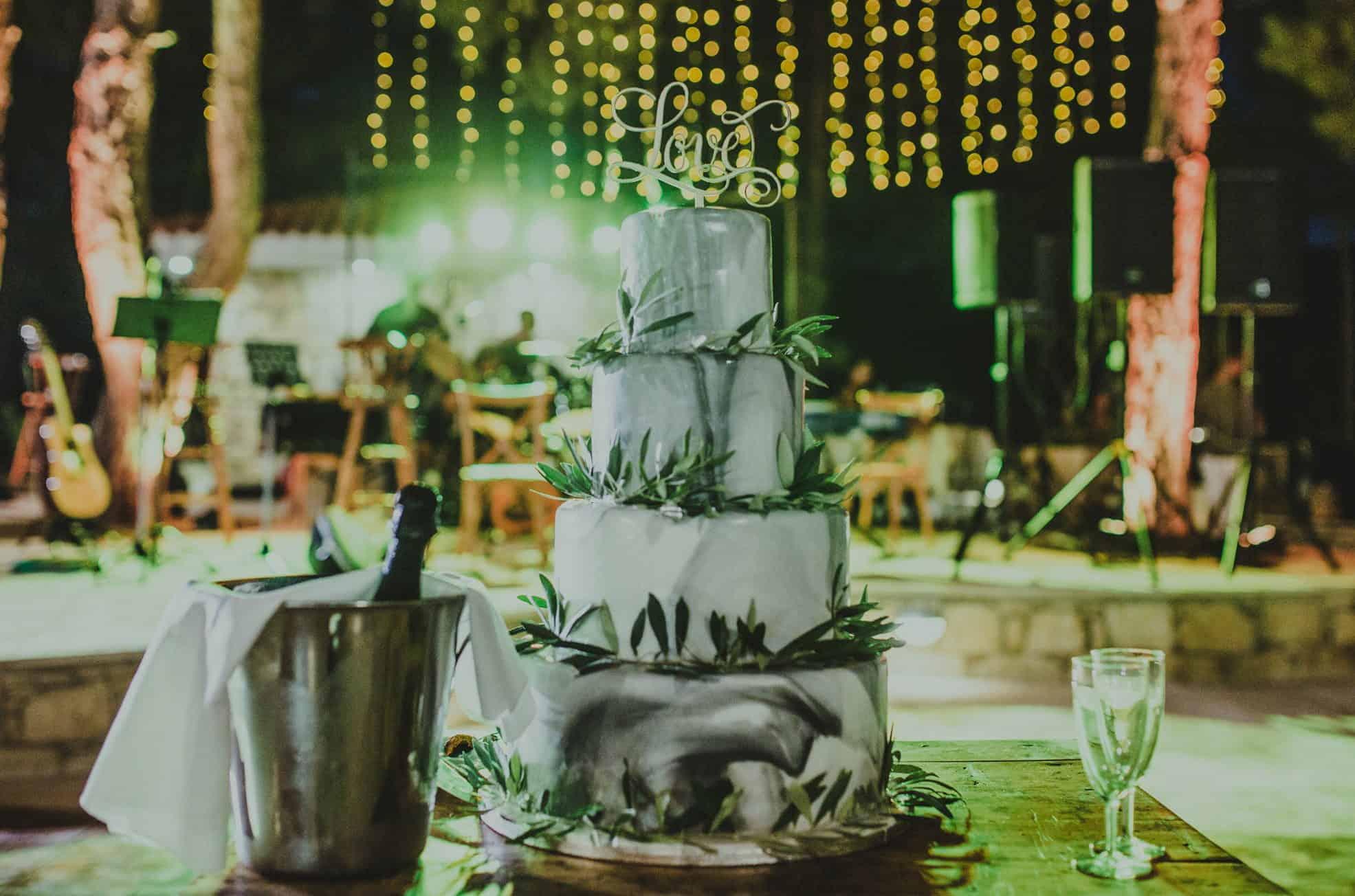 γαμήλια τούρτα με λεπτομέρια από φύλλα ελιάς