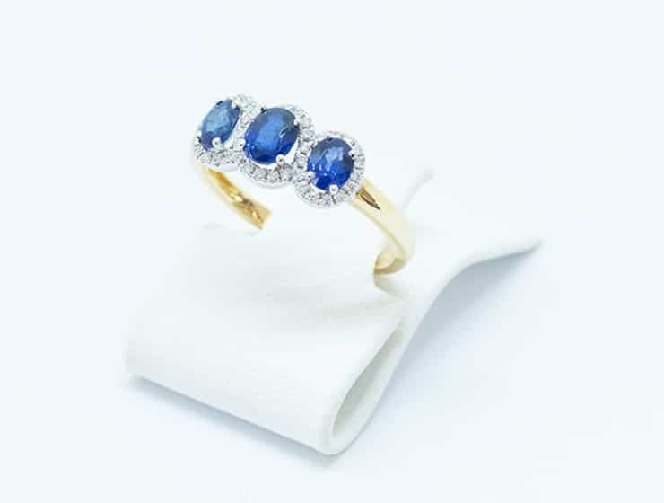 Sapphire ring with an incredible colour palette of gold and white, offered by Tati Jewellery.