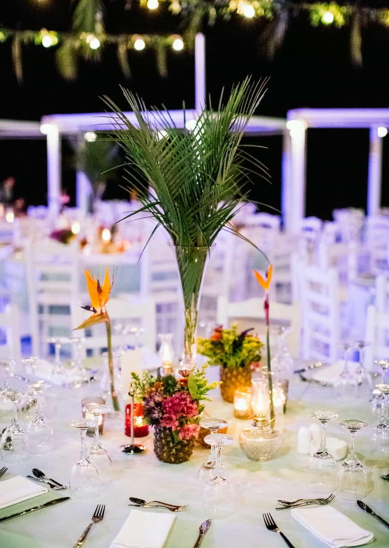 γαμήλια διακόσμηση με τροπικό χαρακτήρα και ανανάδες στα τραπέζια