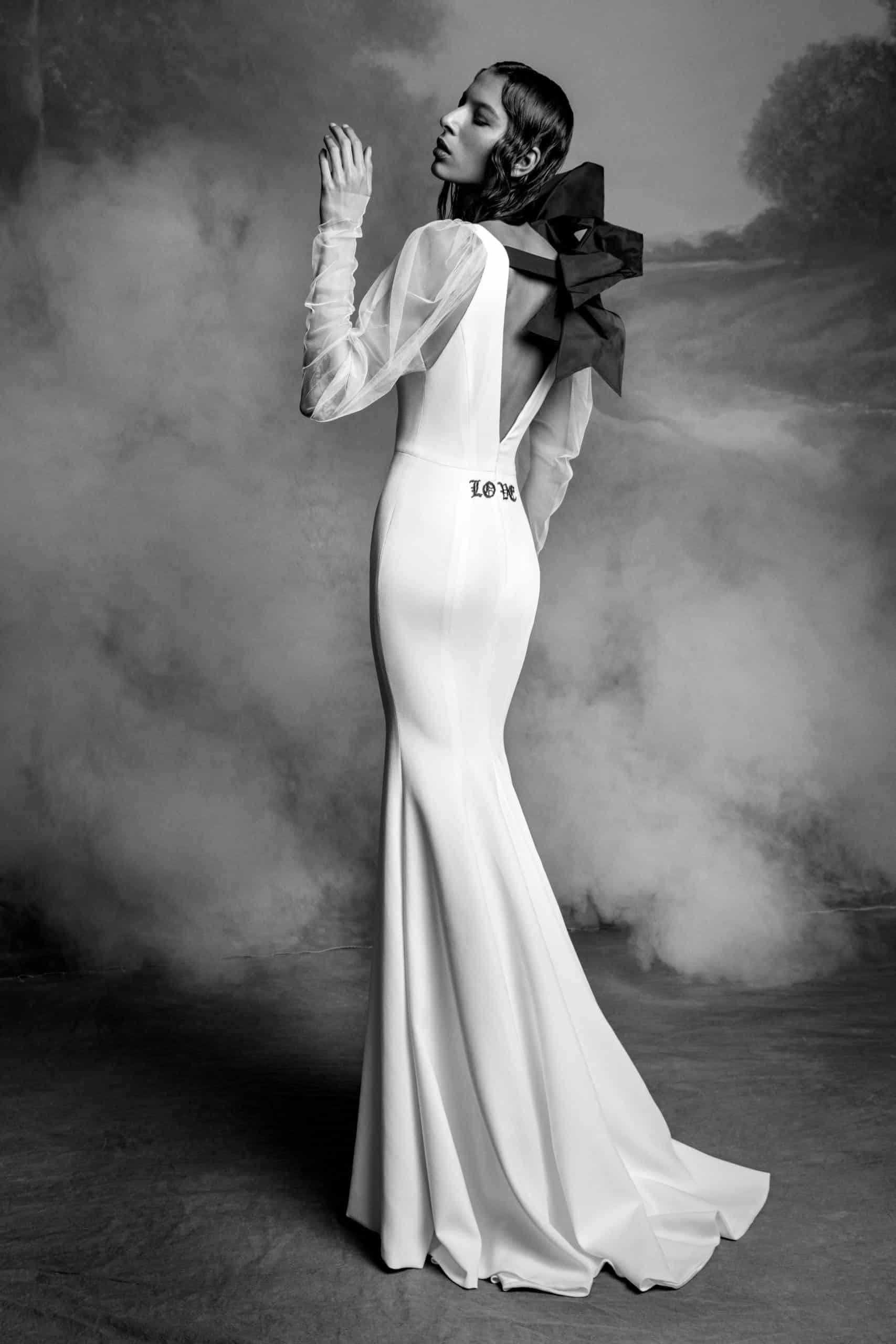 νυφικό φόρεμα με διάφανα μανίκια και μαύρο φιόγκο πίσω από Vera Wang