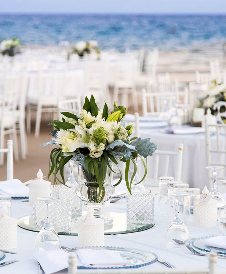 wedding table decoration with clear glass vases