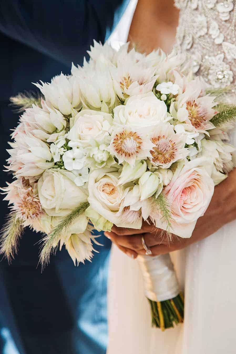 ανθοδέσμη της νύφης σε λευκό χρώμα και ρόζ αποχρώσεις