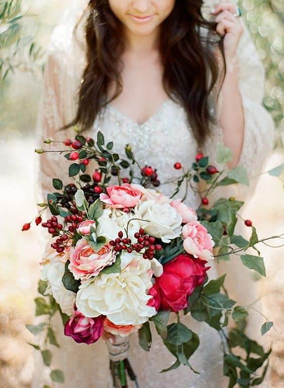 γαμήλια ανθοδέσμη με κόκκινα μούρα και τριαντάφυλλα σε ροζ, ιβουάρ και κοκκινωπούς τόνους