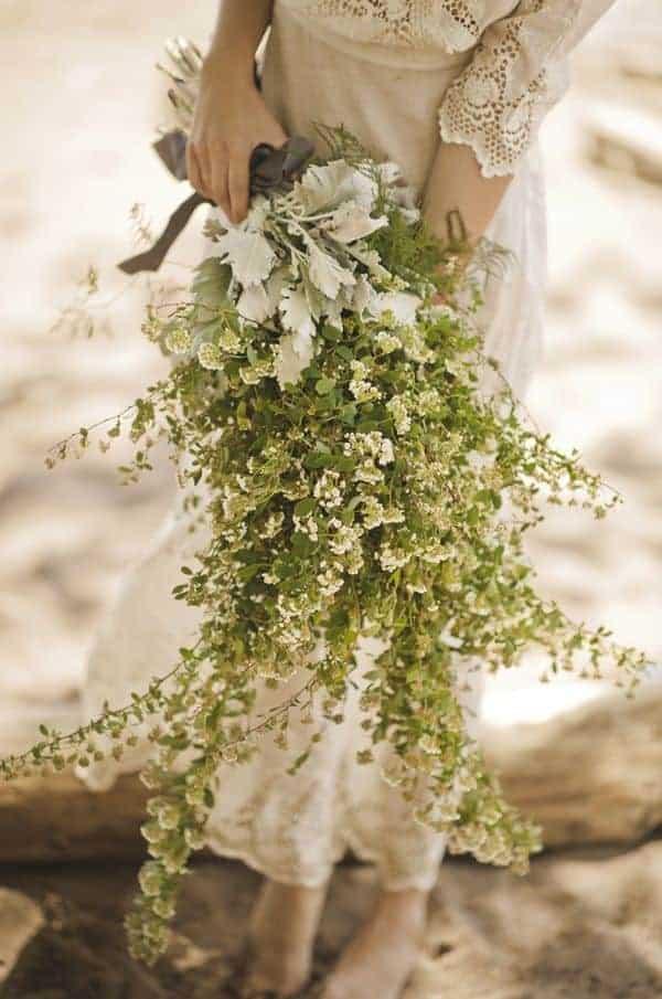 γαμήλια ανθοδέσμη με αργιολούλουδα λεύκα και πράσινα