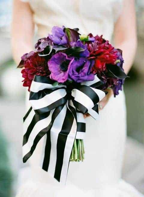γαμήλια ανθοδέμση με λιλά ανεμόνες και φιόγκο απο ασπρές και μαύρες ρίγες