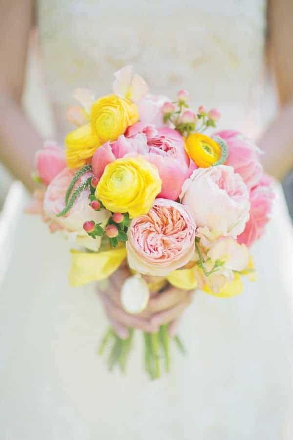 καλοκαιρινή γαμήλια ανθοδέσμη με κίτρινα τριαντάφυλλα, ροζ πεόνιες και ρόζ english roses