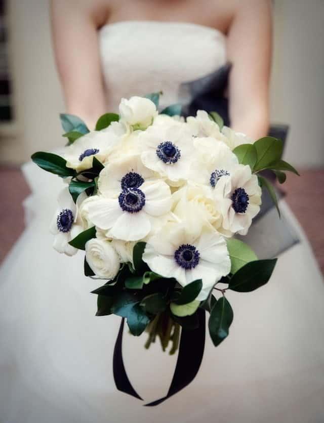 γαμήλια ανθοδέσμη με λευκές ανεμώνες