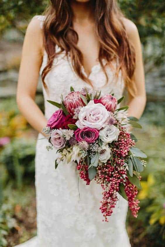 γαμήλια ανθοδέσμη με ροζ snowberries
