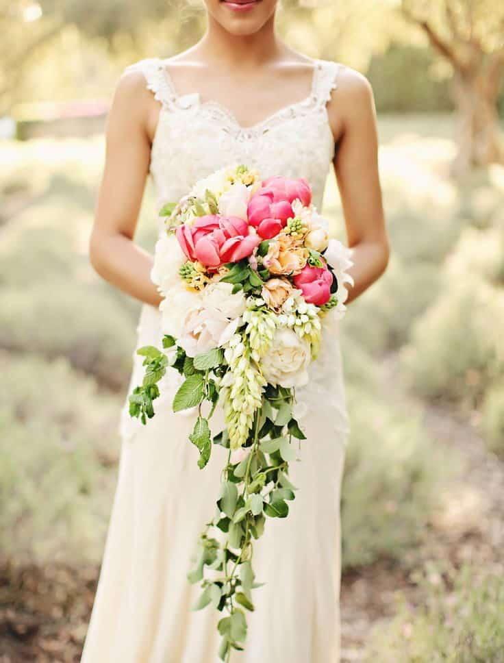 γαμήλια ανθοδέσμη σαν καταρράκτης με φούξια τουλίπες και λευκά τριαντάφυλλα.