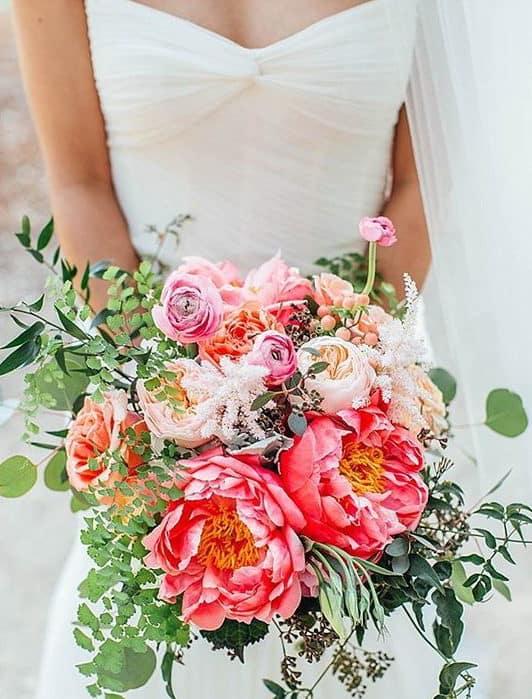 καλοκαιρινή γαμήλια ανθοδέσμη με βατράχια , πεόνιες και τριαντάφυλλα