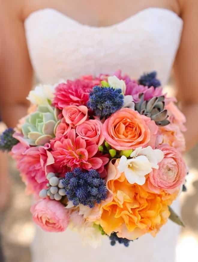 γαμήλια ανθοδέσμη με παιώνιες, τριαντάφυλλα, λίλιουμ και παχύφθτα