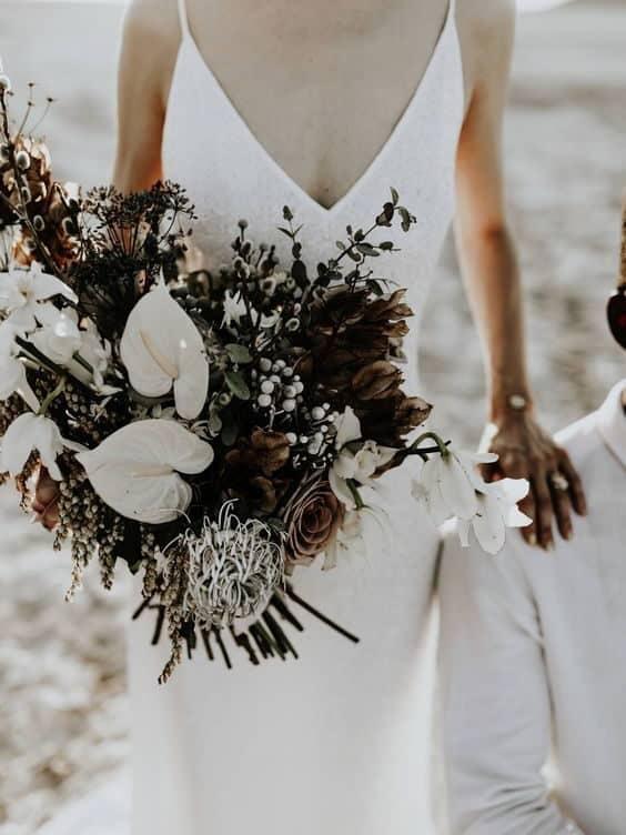 γαμήλια ανθοδέσμη με λευκά κρίνα, τριαντάφυλλα και αγριολούλουδα