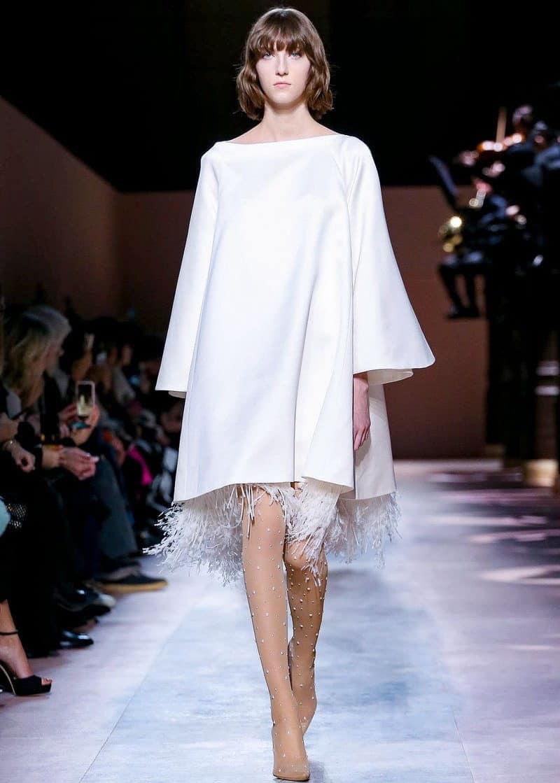 κοντό νυφικό με φτερά στο κάτω μέρος από τον οίκο Givenchy