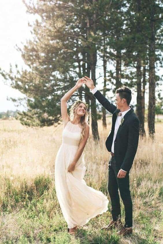 νύφη και γαμπρός χορέυουν στο δάσος