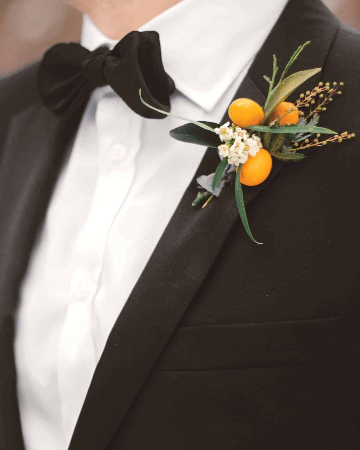 γαμπριάτικη μπουτονιέρα με φρούτα και λουλούδια