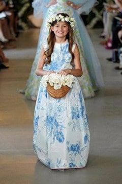 παρανυφάκι με φόρεμα στα χρώμα του china blue