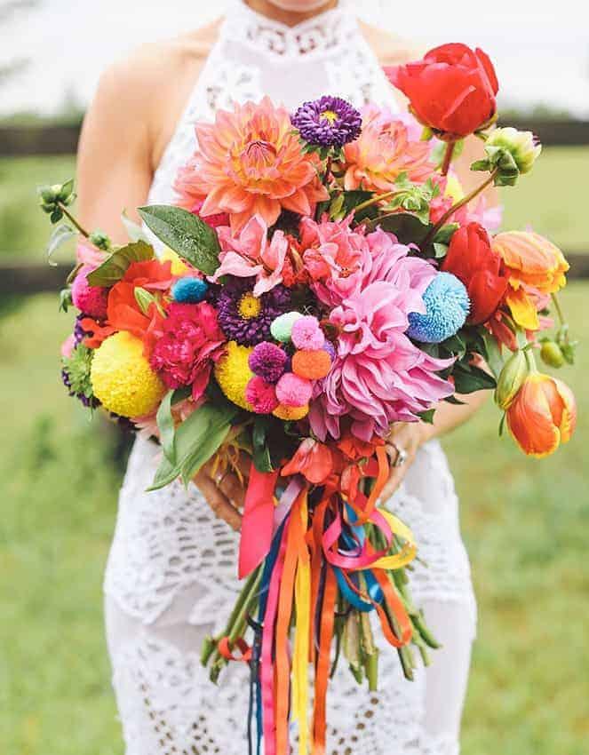 πολύχρωμη γαμήλια ανθοδέσμη με τουλίπες, χρυσάνθεμα και πολύχρωμες κορδέλες