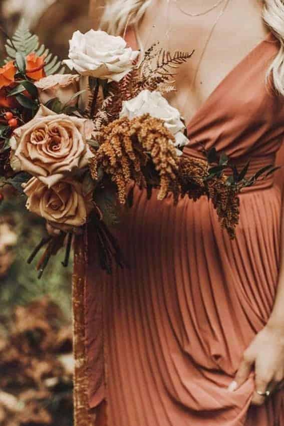 γαμήλια ανθοδέσμη με τριαντάφυλλα σε απαλό πορτοκαλί χρώμα