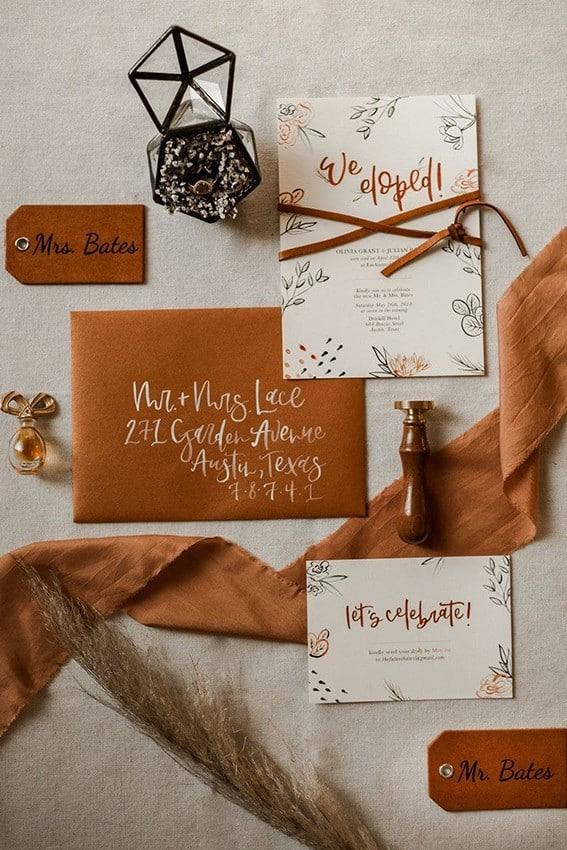 γαμήλια πρόσκληση λευκή με πορτοκαλί φάκελο