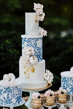 wedding cake with china blue details and pink flowers