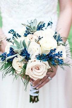 γαμήλια ανθοδέσμη με τριαντάφυλλα και μπλέ λεπτομέρειες