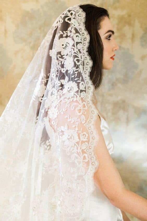 νύφη με δαντελένιο βέλος