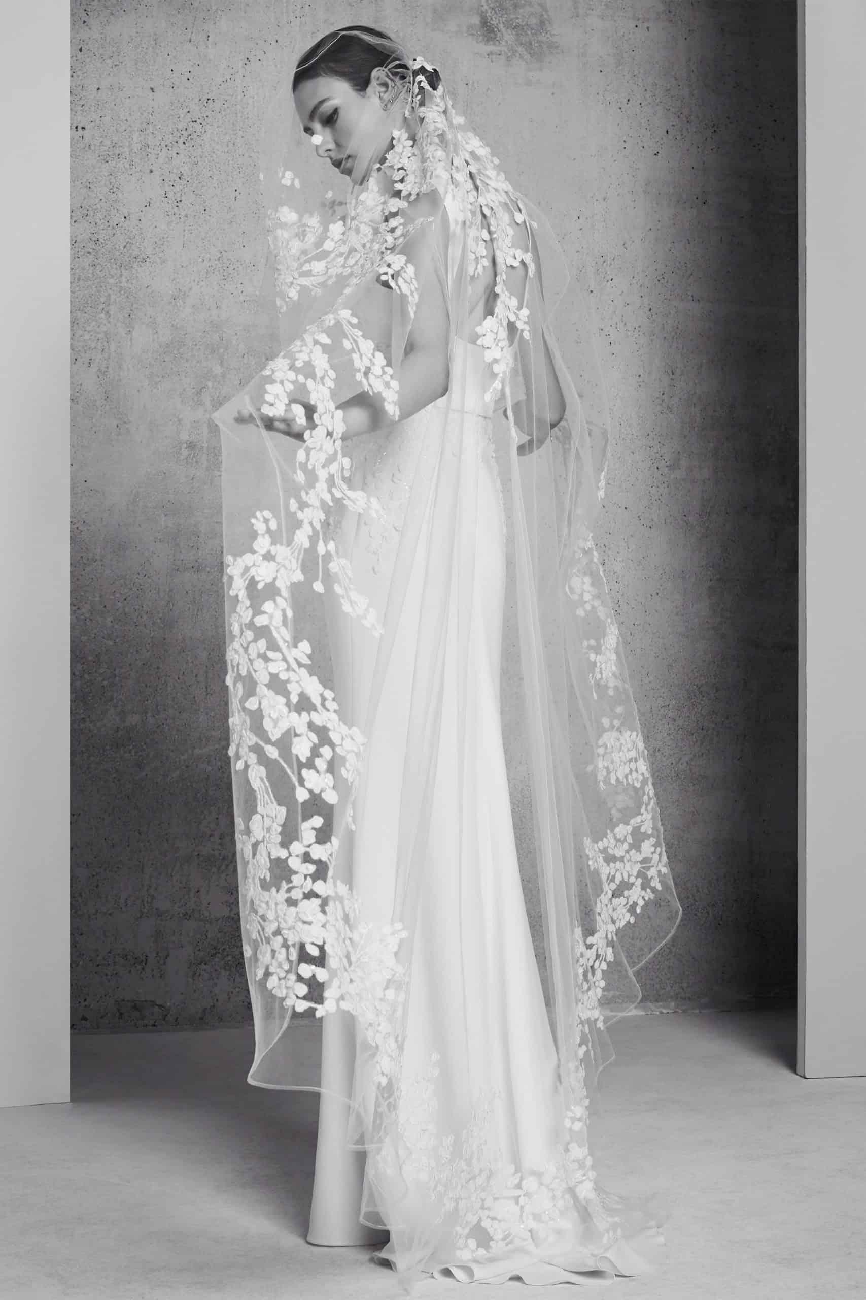 νύφη με διάφανο βέλος και λεπτομέρειες από δαντέλα