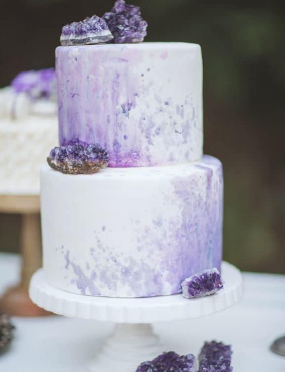 γεώδης γαμήλια τούρτα στα χρώματα του αμέθυστου