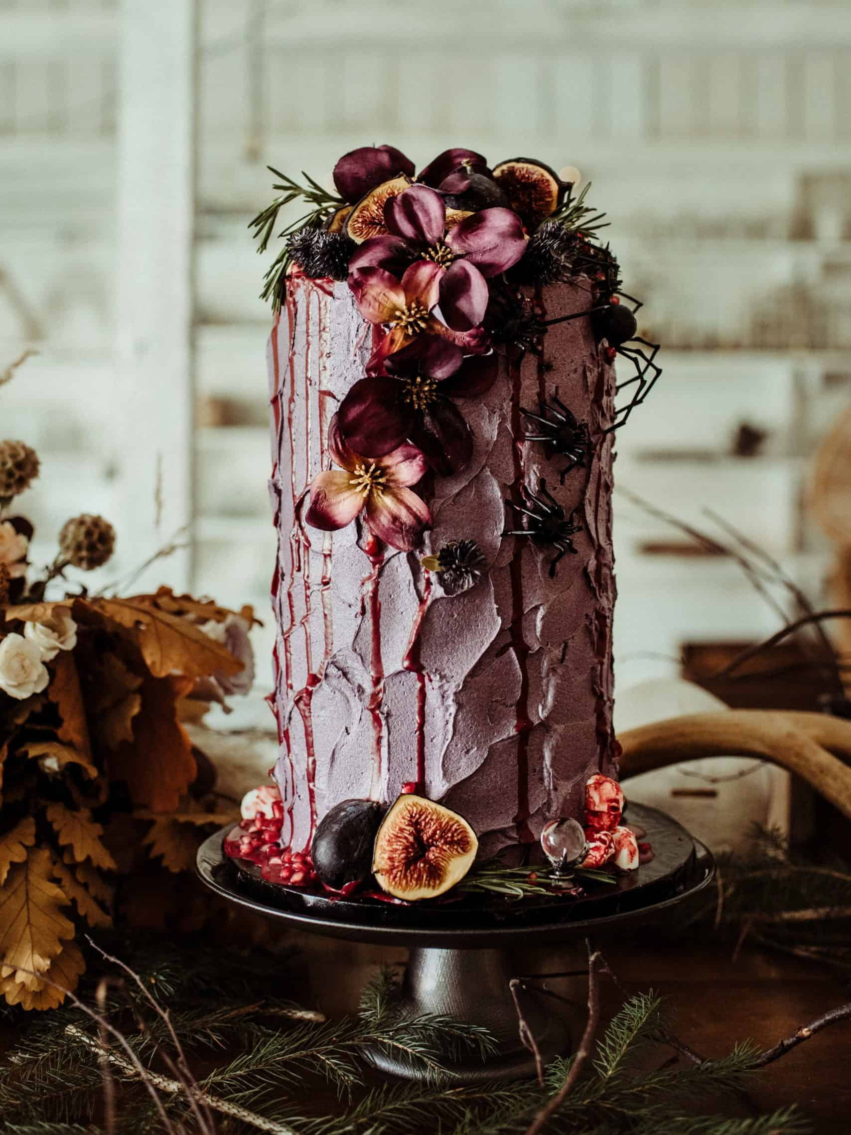 γαμήλια τούρτα με σύκα ρόδια και λουλουδία σε αποχρώσεις του μόβ