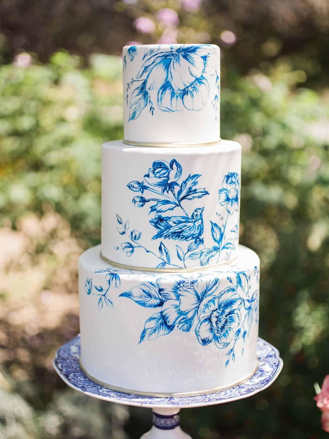 γαμήλια τούρτα ζωγραφισμένη με μπλέ λουλούδια σε gzhel στυλ
