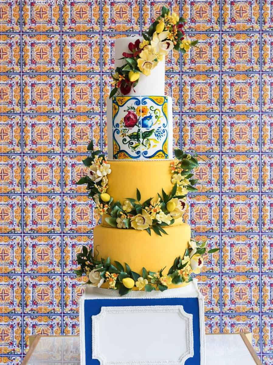 γαμήλια τούρτα με λεμόνια σε majolica στυλ